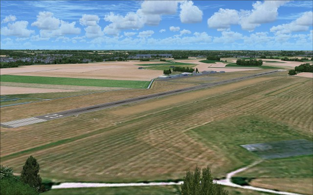 LFQJ with both hard surface and grass strip runways